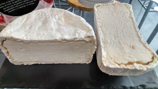 Corte del queso madurado de leche cruda de oveja churra