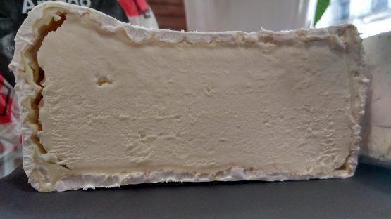 Corte del queso madurado de oveja churra